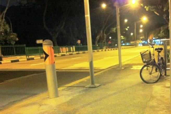Sepeda di pinggir jalan yang lengang. Tak jauh dari halte tempat saya duduk. | Foto: Dokumentasi Pribadi